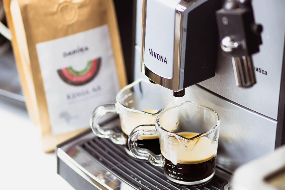 Dwa espresso z ekspresu