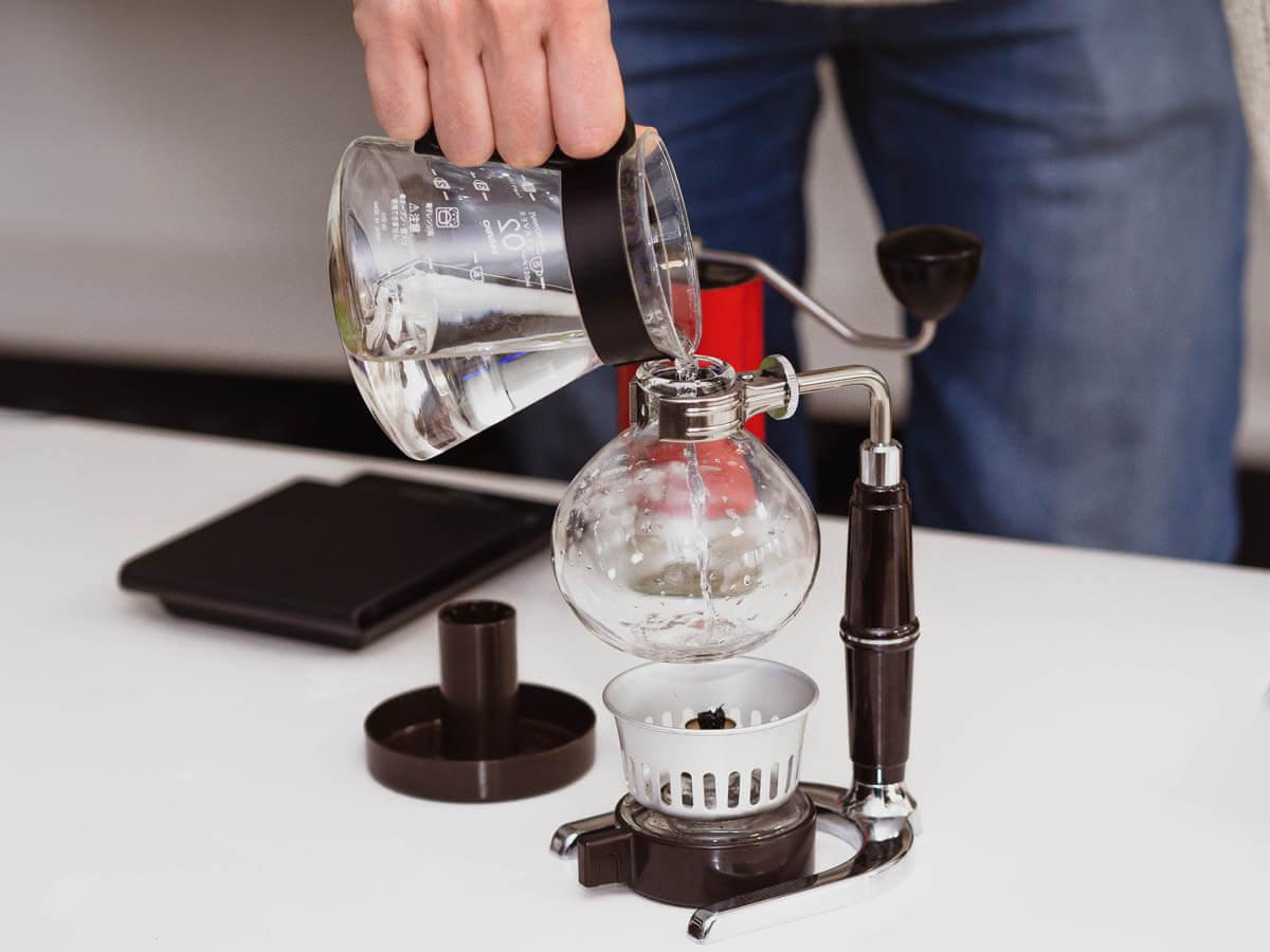 Wlewanie wody do syfonu