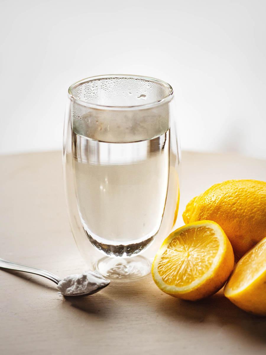 Ciepła woda z soda i cytryną