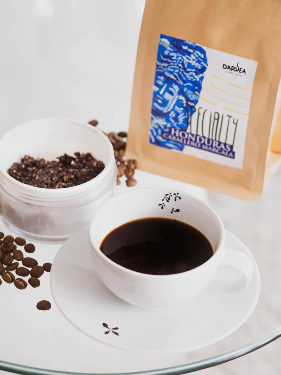 Filiżanka kawy przy maseczce kawowej